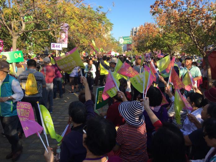 <br> ▲蔡英文台中造勢,群眾擠爆會場、滿到路邊。(圖/記者劉育辰攝)