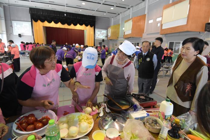 <br> ▲社區培育志工如何提供健康又好吃的料理給社區長輩,讓社區長輩來社區用餐都能享用健康料理。(圖/記者陳雅芳攝,2019.11.26)