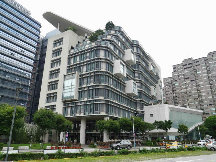 ▲新北市立圖書總館位於亞東醫院附近,有醫院、捷運站及公園機能,吸引許多退休族來此購屋。 (圖/信義房屋提供)