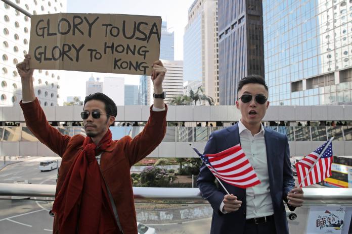 ▲香港民眾 28 日中午再度於中環快閃示威,感謝美國通過《香港人權與民主法案》。(圖/美聯社/達志影像)