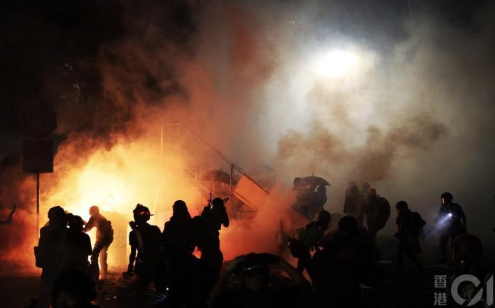 香港警方在驅離示威民眾時多次發射催淚彈