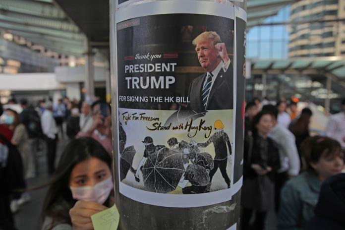 ▲美國總統川普簽署《香港人權與民主法案》,對許多香港人而言,是份另類的感恩節禮物。(圖/美聯社