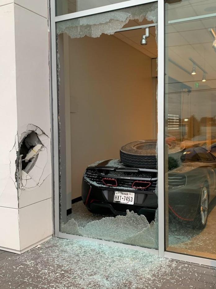 紅人隊強投Trevor Bauer的愛車毀損。(圖/取自Trevor Bauer推特)