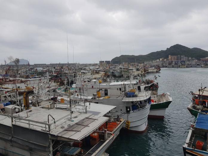 ▲在天候不佳的時候,許多鄰近漁港漁船都會到八斗子避風,但泊位嚴重的不足。(圖/立委蔡適應服務處提供)