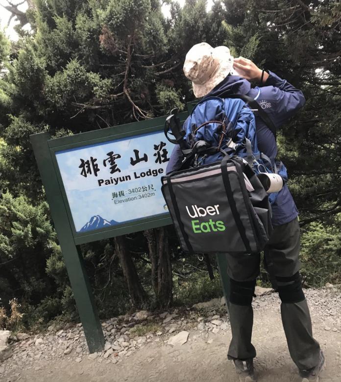 劉姓山友抵達排雲山莊也不忘打電話找客人。(臉書Vito Liu)