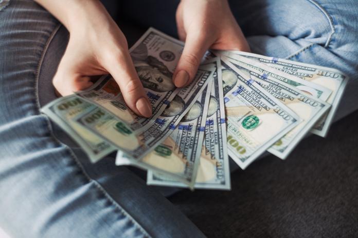 ▲美國一名女子 1 年內狂存 165 筆款項而坐牢。(示意圖,非當事人/取自 Unsplash )