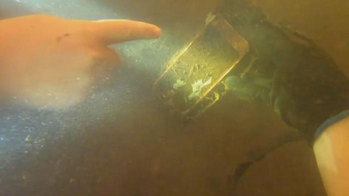 ▲一名潛水夫在河底發現了一隻 iphone 。(圖/翻攝自 qiqufaxian )