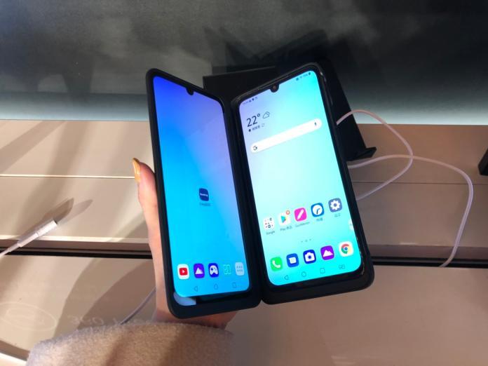 <br> ▲「LG G8XThinQ Dual Screen」翻開雙螢幕。(記者趙毓琪攝)