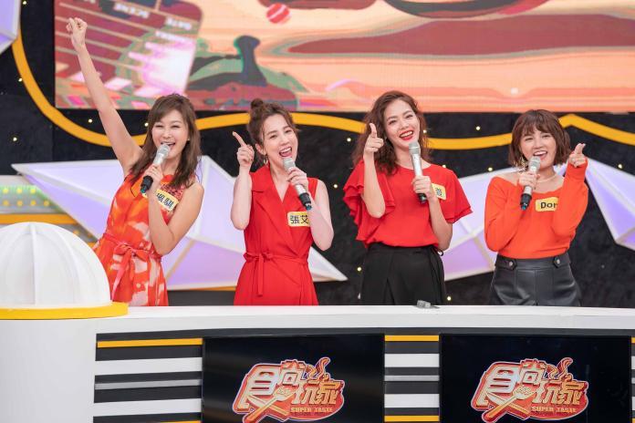 ▲陳珮騏好身材不輸一旁的張艾亞、翊萱、Dora(圖/TVBS歡樂台提供)