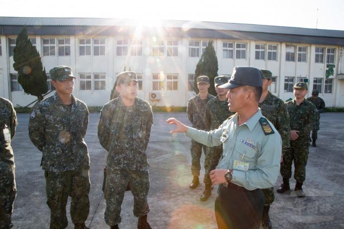▲ 總士官長韓正宏瞭解部隊訓練狀況。(軍聞社記者莊家宏攝)