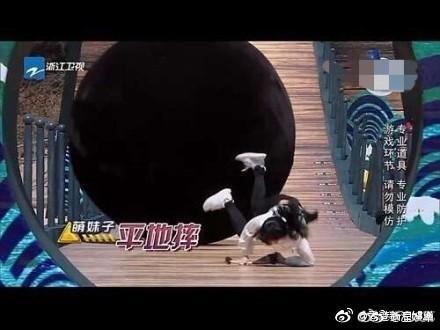 <br> ▲ Angelababy在節目《奔跑吧》中遭巨球撞擊。(圖/翻攝微博)