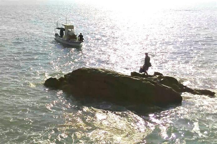 <br> ▲陳姓釣客因忘了漲潮時間而受困礁岩上。(圖/蔡若喬攝, 2019.12.01)