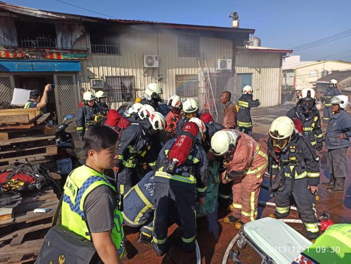 <br> ▲火災發生時,鄰近正在進行工程的工人,也緊急拿起滅火。(圖/記者陳雅芳翻攝,2019.12.01)