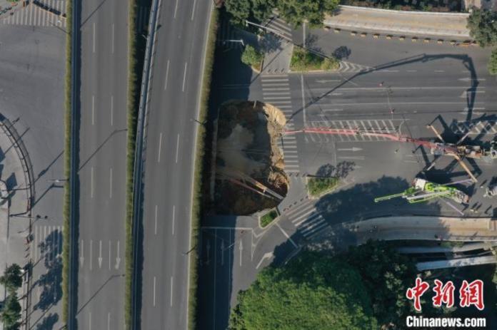 ▲大陸廣州近日驚傳路面塌陷意外,據悉有 3 人受困。(圖/翻攝自中新網)