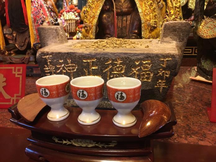 習俗百科/供給神明的三杯敬茶 喝掉或是倒掉?