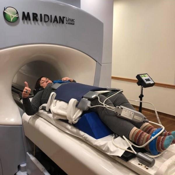 <br> 因為席拉狂聞史黛芬妮的下體讓她非常不安,二度檢查後驚覺原來自己罹患卵巢癌三期,立刻接受治療後成功救回一命(圖/FB@Stephanie Herfel)