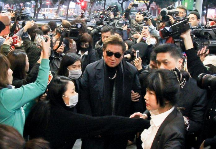 <br> ▲高爸爸被媒體包圍,仍親切問候大家。(圖/記者葉政勳攝)