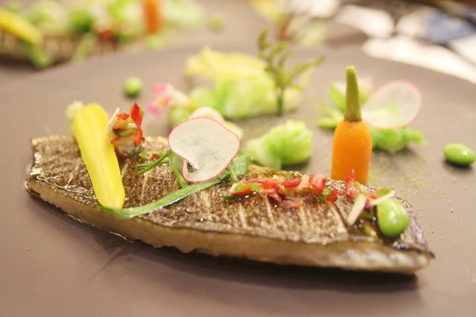 <br> ▲Loïc主廚端出「炙燒舒肥貴妃魚排」和「格勒諾布爾式奶油煎全魚」。(圖/記者鄭志宏攝)