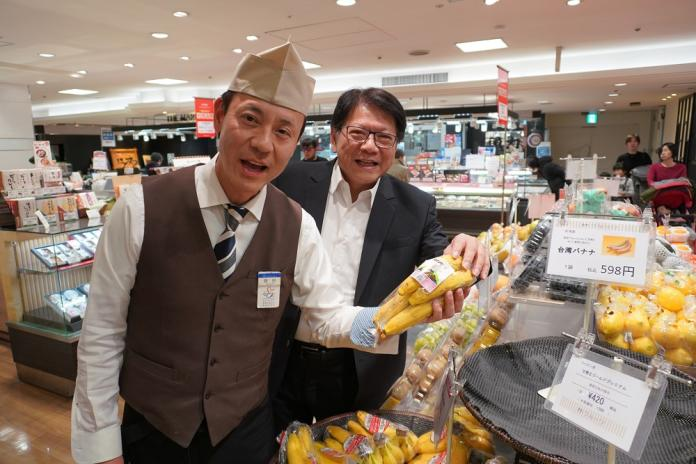 <br> ▲日本百貨超市藤田店長盛讚台灣香蕉銷售情況火熱,顧客都說口感一級棒歐伊係。(圖/屏東縣政府提供)