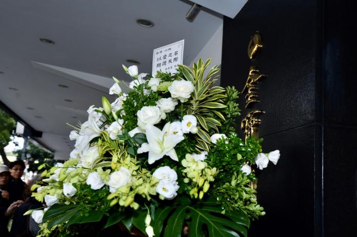 ▲張鈞甯的花籃因為太大束,無法進入靈堂。(圖/記者葉政勳攝)