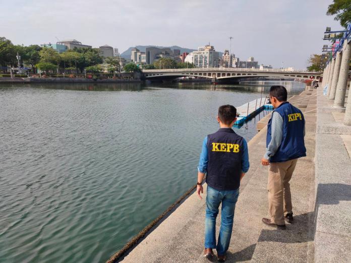 ▲環保局派員沿愛河巡查,未發現河道及石階有魚屍陳屍現象。(圖/高市環保局提供)