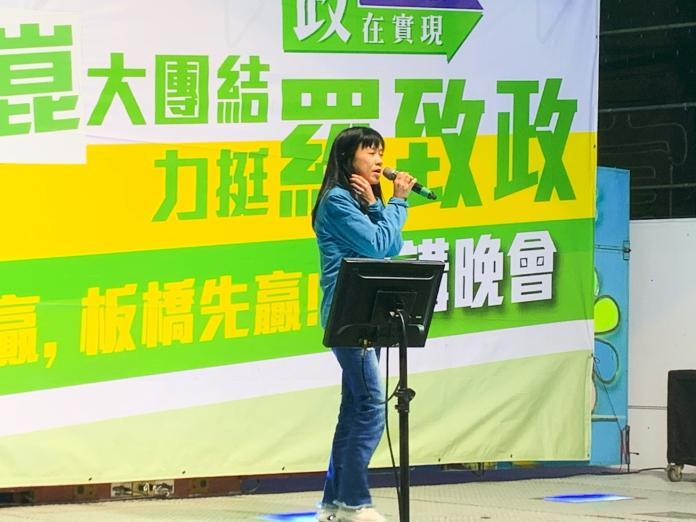 ▲羅致政歌手老婆陳亮吟甚至現場演場《牽我的手》、《母親的名叫台灣》挺丈夫。(記者宋原彰攝,2019.12.03)