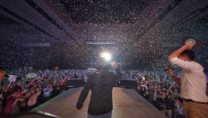 <br> ▲總統蔡英文 3 日晚間舉辦「社群之夜-人蔘衝一波」造勢活動,3,000 名狂熱支持者嗨爆現場。(圖/翻攝自蔡英文臉書)