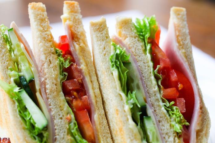買三明治一看傻眼!女驚呼「用料免錢嗎」 全場讚:賺到