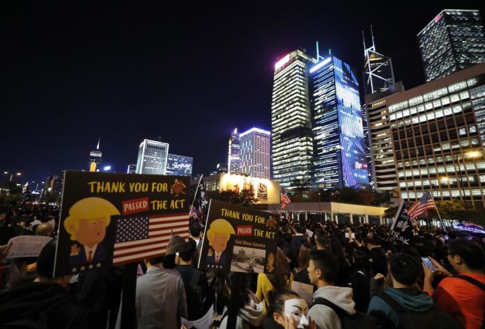 ▲簽署《香港人權與民主法案》讓美中關係再度緊張。圖為香港示威民眾於感恩節集會,感謝美國國會和川普通過法案。(圖/美聯社/達志影像)