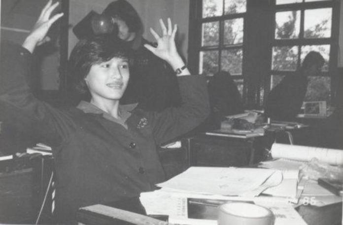 <br> ▲鄭麗君分享自己人生「最衝的一次」,就是在 1996 年在法國讀書時,正好遇上了台海飛彈危機,她直衝中國大陸駐法大使館掛上「台灣不是中國的一部分」布條。圖為鄭麗君就讀北一女時期。(圖/翻攝自鄭麗君臉書)