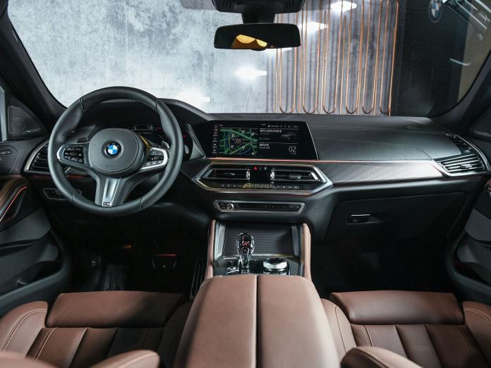 ▲全新BMW X6標準配備Vernasca真皮跑車座椅與頂級水晶中控套件等高質感內裝。(圖/業者提供)