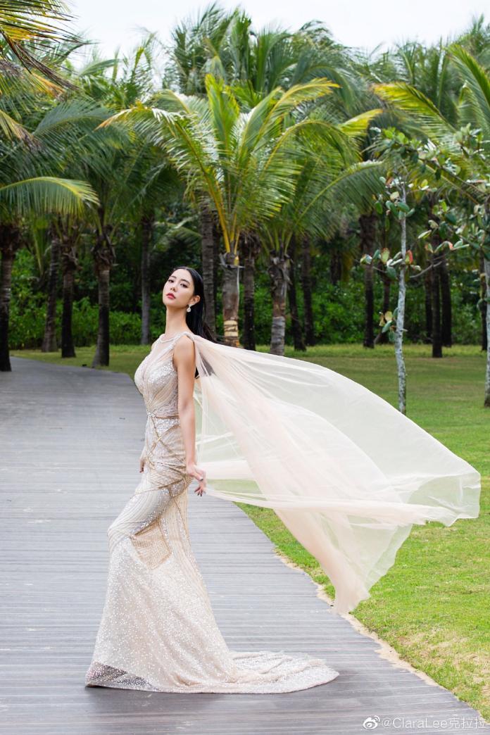 <br> ▲ Clara 身穿隨風飄起的白色薄紗彷彿仙女下凡。(圖/翻攝微博)