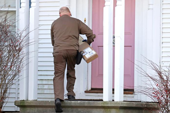 ▲美國進入購物高峰期,如何防止包裹被偷,也成了物流業者與買家的煩惱之一。(圖/美聯社/達志影像)
