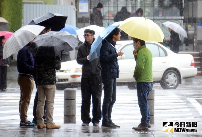 ▲因東北季風及南方雲系影響,今( 5 日)、明兩天台灣中部以北及東北部天氣較涼,北部及東北部地區要注意局部大雨或豪雨發生的機率。(圖/NOWnews資料圖片)