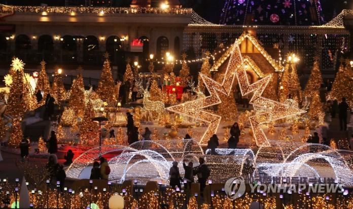 <br> ▲愛寶樂園舉辦耶誕燈光秀吸引遊客。(圖/翻攝自《韓聯社》)