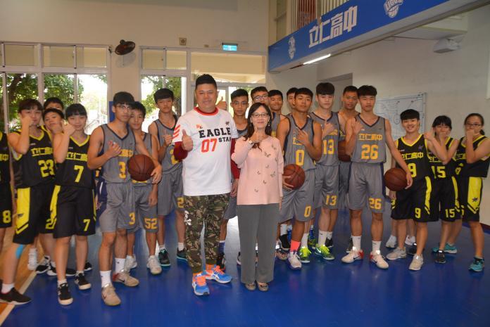 培養優秀運動人才 郭文居贈球隊球衣