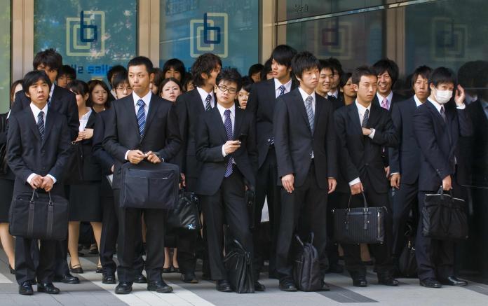 據日媒報導,相較已開發西方國家,日本職場環境不佳,許多上班族工時長,過勞問題層出不窮  (Shutterstock)