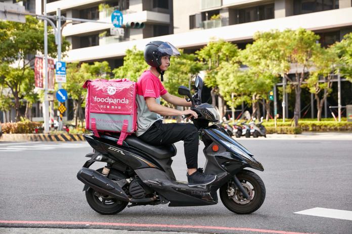foodpanda積極配合勞動部行政指導原則,於今(5)日公布優化後的承攬行為準則內容。優化目的旨在讓外送夥伴擁有更多的服務自主性、更彈性的上下線時段及裝備選擇權。