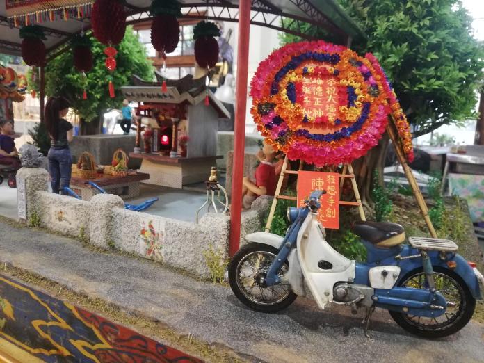 <br> ▲花圈旁,彷彿催動油門就能騎走的摩托車。(圖/記者邱嘉琪攝,2019.12.06)
