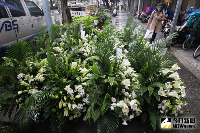▲▼福建粉絲帶來的花束和其他粉絲折的紙鶴,都無法帶入靈堂。(圖/記者葉政勳攝)