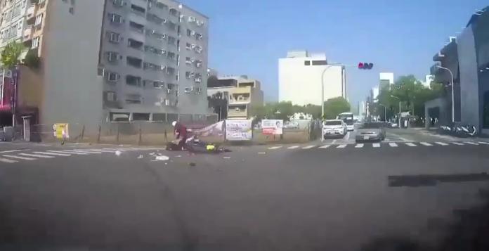 影/飛來橫禍!台南老翁疑打錯檔 倒車撞斷騎士手腳