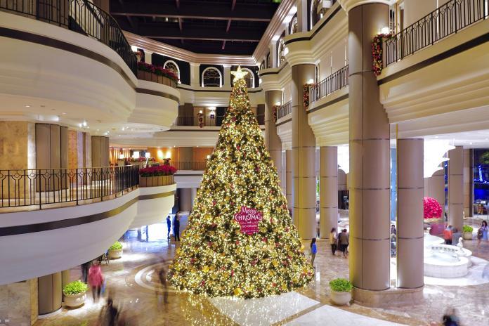 ▲聖誕節即將來臨,各大飯店也點亮了聖誕樹及推出聖誕節餐點。(圖/台北君悅酒店)