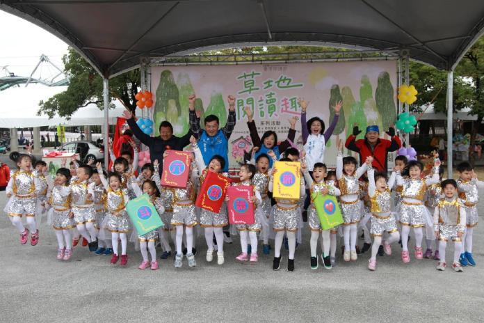 陪伴孩子聽故事看表演 斗六草地閱讀趣