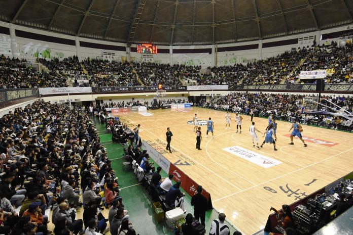<br> ▲東南亞職業籃球聯賽(ABL)第三季比賽在彰化縣立體育館登場,現場吸引至少6500位滿滿的人潮前來觀賽加油。(圖/記者陳雅芳攝,2019.12.07)