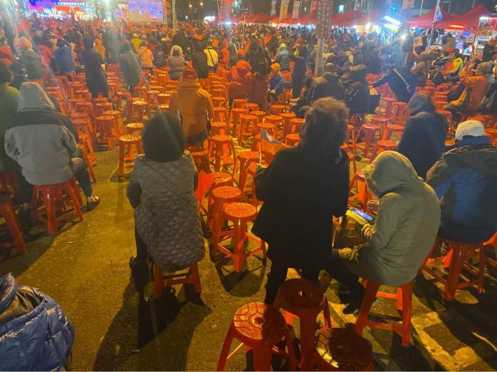 <br> ▲被鄉民戲稱是「椅子精算師」的網紅「四叉貓」,昨(7)日再度前往韓國瑜造勢場合算人數。(圖/翻攝自 PTT)