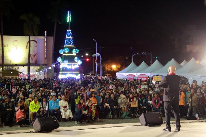 台南新營耶誕點燈 馬丁獻唱民眾陶醉美聲中