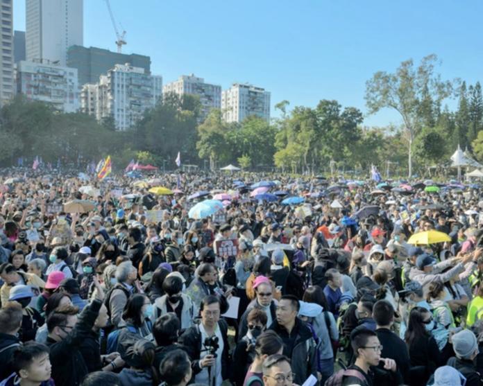 ▲香港民陣發起的「國際人權日」遊行隊伍,由維園草坪起步出發。(圖/翻攝巴士的報)