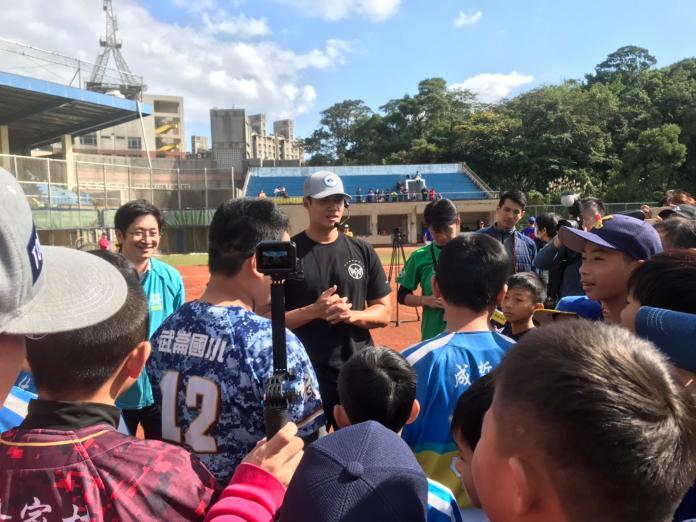 棒球/陳偉殷最後一站到基隆 鼓勵小朋友要「思考」