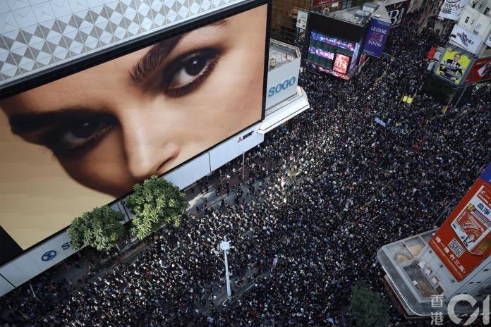 <br> ▲香港今天的「國際人權日」大遊行,有大批民眾走上街頭。(圖/翻攝《香港 01 》)
