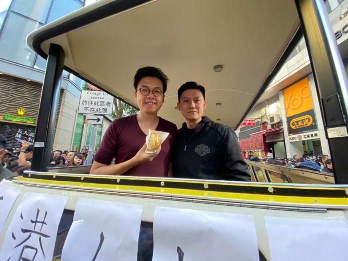 為港人帶點甜!香港大遊行現場 店家送菠蘿油、草莓打氣
